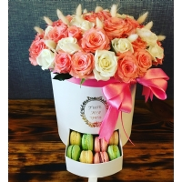 Silindir Kutuda Pembe Beyaz Güller & Macaron