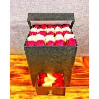 Kare Kutuda Kırmızı Beyaz Güller