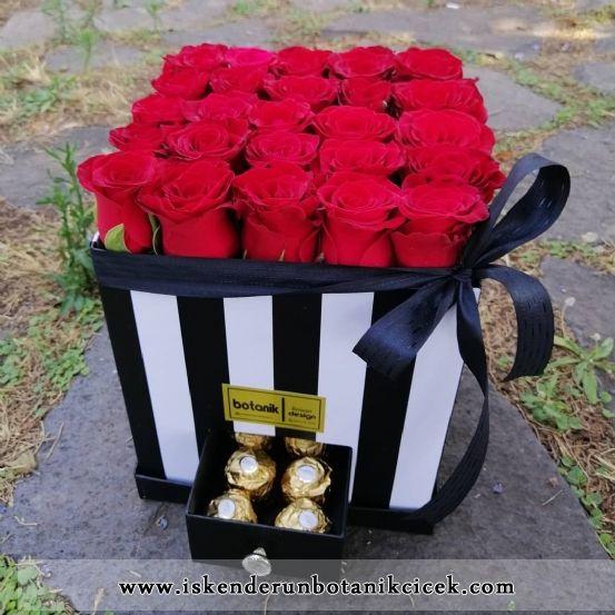 Kare Kutuda Kırmızı Gül Aşkı