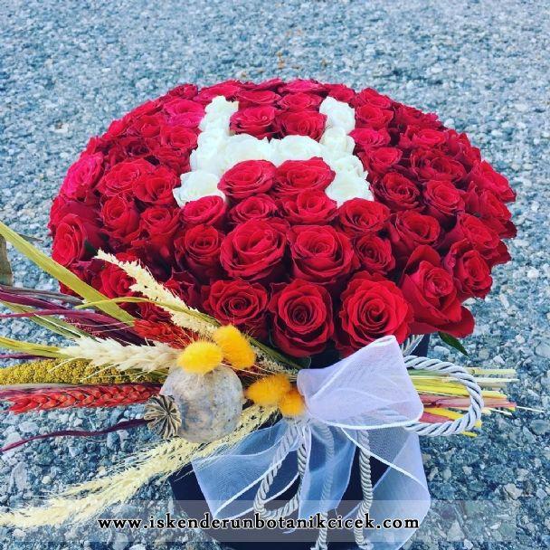 Silindir Kutuda Kırmızı Beyaz Güller & Harf